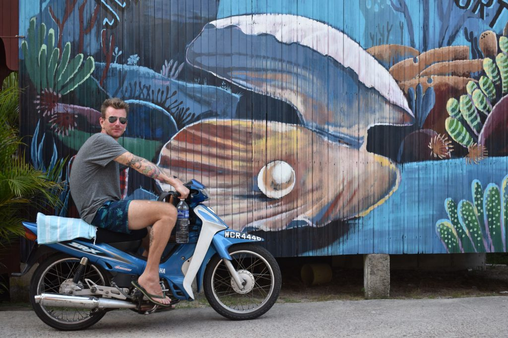 Op de scooter het eiland rond